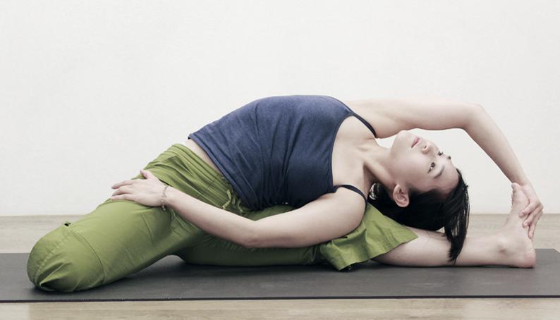 Yoga Teacher – Flora<br /><p>第一次接觸瑜珈,為的是修復因舞蹈所帶來的運動傷害,對當時的我來說,最困難的體位法是嬰兒式。</p>