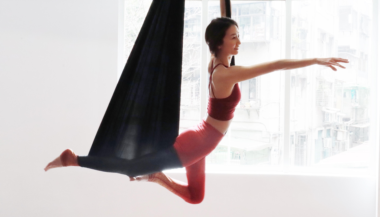 Yoga Teacher — Lei Lei<br /><p>從小就愛跑跑跳跳,但因先天柔軟度跟肌力不足,造成肌肉代償、關節過度耗損,最終導致骨頭錯位跟肌肉沾黏等運動傷害。開始空中瑜珈自我療癒的過程</p>