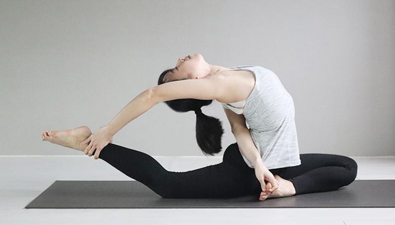 Yoga Teacher — Alice<br /><p>瑜珈練習的開始源自媽媽的帶領。<br /> 練習瑜珈之後,發現身體、精神都變得更好,且在過程中獲得平靜與安定的感受,進而對瑜珈產生濃厚的興趣。<br /> 原以為瑜珈就只是體位法的鍛鍊,因此非常熱衷於天天上課,不斷去挑戰高難度的體式,只要做到了就會非常開心。直到上了師資培訓,才瞭解原來瑜珈不單只有體位法而已,它也是一種生活態度,是融入在生活當中的自我覺察練習。</p>
