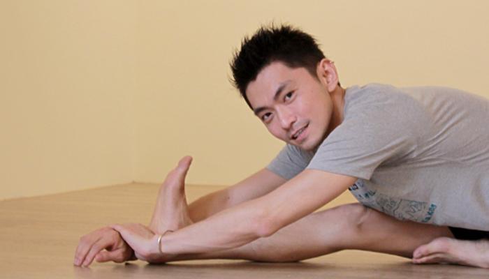 Yoga Teacher – Kenny<br /><p>在前傾的姿勢中,學習放下自己,耐心傾聽生命自然的流動,接受自己的不完美;當被禁錮在腹部和髖部的種種負面情緒被釋放出來時</p>